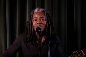"""Tracy Chapman Makes Rare TV Appearance to Perform """"Talkin' Bout a Revolution"""" on Seth Meyers: Watch"""