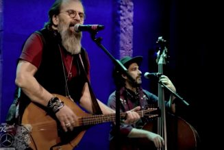 """Steve Earle Honors to Justin Townes Earle with """"Harlem River Blues"""" Cover on Kimmel: Watch"""