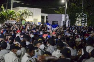 Thousands of US-bound Honduran migrants cross border into Guatemala