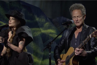 """Halsey Performs """"Darling"""" with Lindsey Buckingham on SNL: Watch"""